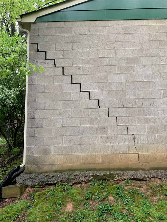 zig zag crack in concrete block wall